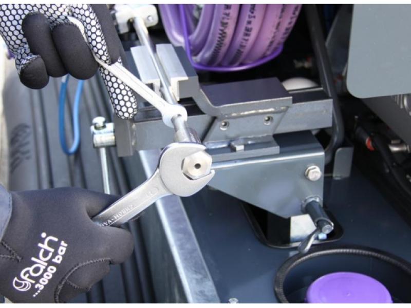 گیره کارگاهی یکپارچه با دستگاه در واترجت g555 برای سهولت تعویض و تعمیر قطعات آسیب دیده